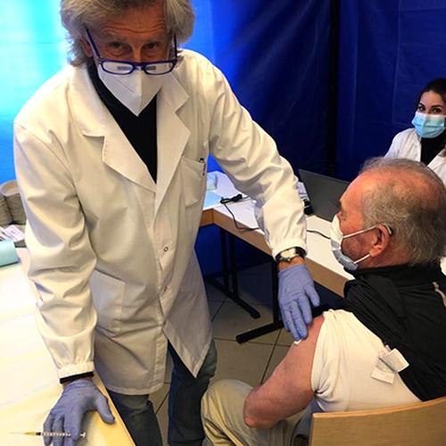 Domenico Volpati durante le vaccinazione