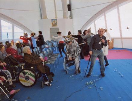 Karaoke al S. Giovanni Battista, organizzato in occasione del carnevale. Nella foto: Aurelio Carrozzi mascherato da Dottor House